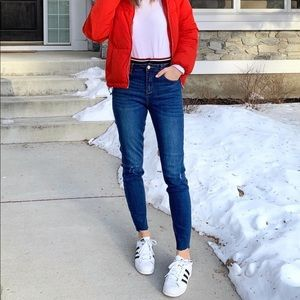 Skinny jeans with stripe at the waist